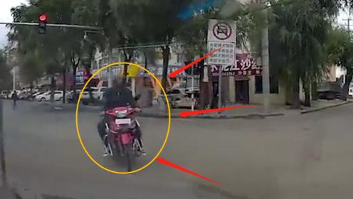 当摩托车撞上了小轿车,下一秒悲剧了!监控拍下惊魂一幕