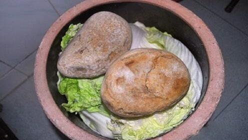 大爷河边散步时,捡到一块石头,压了15年咸菜,专家鉴定后脸色大变