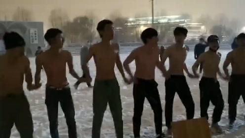 东北下大雪 南方学生光膀子雪地大合唱