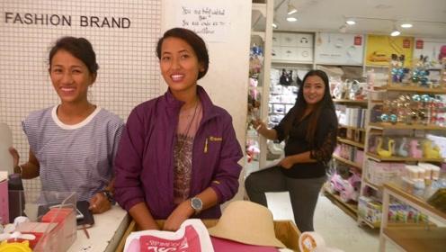 尼泊尔的中国人商店,有一群漂亮店员,中国老哥用手机翻译来尬聊