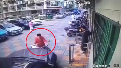 男子开私家车疑似乱停车被女子训斥 一气之下竟当场将其撞飞