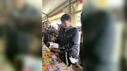 大衣哥赶集也是一道风景线,怎么还买儿童书了?