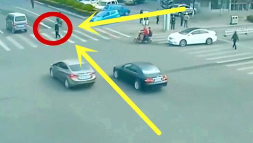 大爷闯红灯遇到不怕事的车主,直接硬生生撞了上去,真是悲剧!