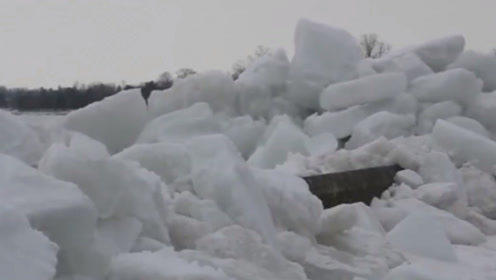 """美国现罕见""""冰海啸"""",风暴将冰块卷上海岸,形成9米高冰墙!"""