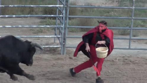 男子穿上红披风挑衅公牛,公牛发怒的瞬间,男子就遭殃了