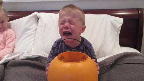 小男孩万圣节要来一大罐糖果,结果睡一觉就见底了,这给娃难过的