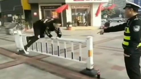 俩小伙翻护栏被抓现行 交警的处罚亮了:让你们翻个够