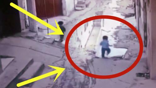 3孩子在家门口玩耍,下一秒消失不见,监控拍下瘆人全程!