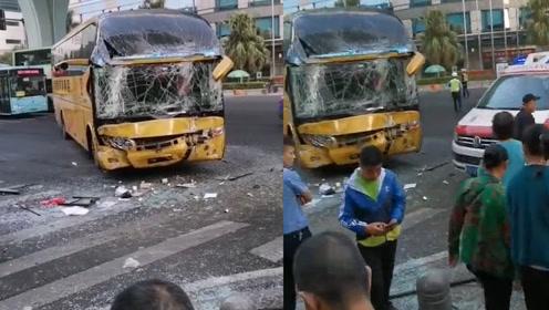 厦门:一公交车与大巴车发生碰撞致多人受伤,4人骨折肺部挫伤