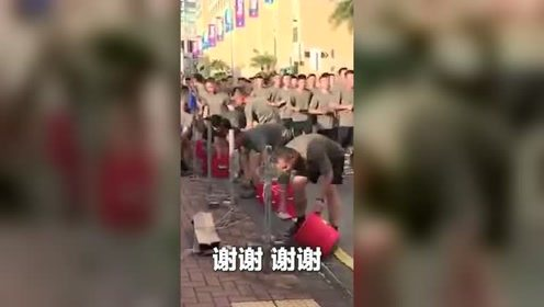 """驻港部队""""快闪""""清理香港垃圾"""