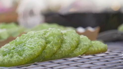 泰国当地的著名小吃,绿的发光的小饼子