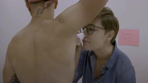 男子闻腋下测试止汗剂除臭剂 年薪上千万元