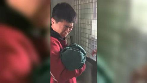 男子见刚出生的孩子激动哭了 网友:会是一名好父亲!