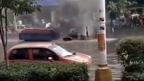 大雨过后在路上看到的,中国制造太牛了,真不愧是无敌的单杠车!