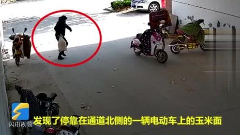 滨州一女子光天化日下偷走30斤玉米面!监控拍下全过程