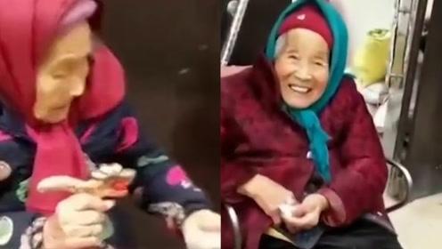 泪目!107岁妈妈给84岁女儿带糖吃:在妈妈心里我们永远是孩子