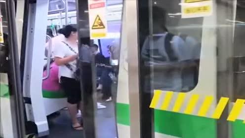 老外夫妇来中国第一次乘坐地铁!满脸尴尬!幸亏有服务人员帮忙!