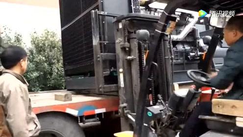 厂里刚买的大型柴油发电机,卸车时差点出现意外,太危险了