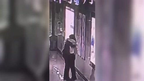 女子加班1个月在地铁崩溃大哭 工作人员拥抱安慰