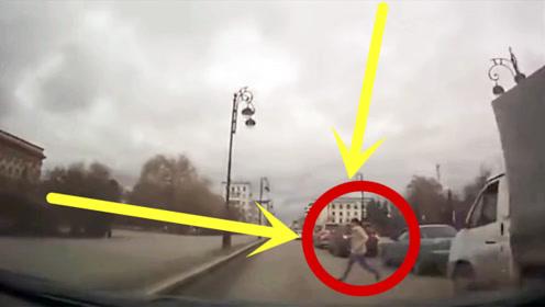 司机正在开车,突然窜出一女子,本以为是碰瓷,下秒太诡异了!