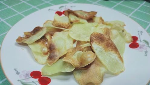 土豆别再炒着吃,切成片一烤,口感酥脆胜过薯片,成本不到2块钱