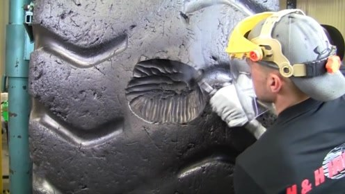 实拍老外修复巨型轮胎,最后跟新的一样!网友:这技术一万一个月!
