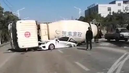 九江发生惨烈事故 搅拌车压扁小轿车 三人不幸身亡