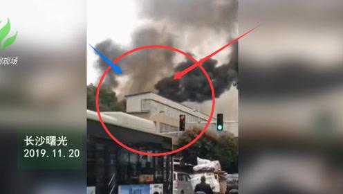 长沙一民房楼顶发生大火 105名消防员扑救一个半小时扑灭