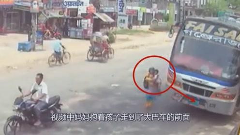 """女子抱着孩子走进""""死亡盲区"""",下一秒果然出事了!"""