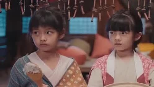 两位小伙在比赛吃饭!一锅饭都不够他俩吃!美女看着眼睛都懵了!