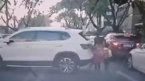 揪心!司机倒车突然加速瞬间撞倒3人 幼童被卷车底