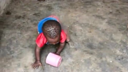 非洲的小孩子就这样在地上打滚,也没有人看管,眼泪就这样掉下来了!