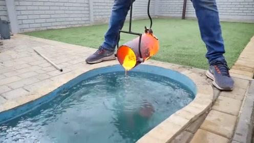 把烧红的熔铜倒入水池中,拿出来就感觉一堆渣子推在一起