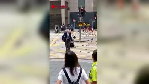 从一个人到一群人 香港市民纷纷站出来清理砖头 这才是爱香港