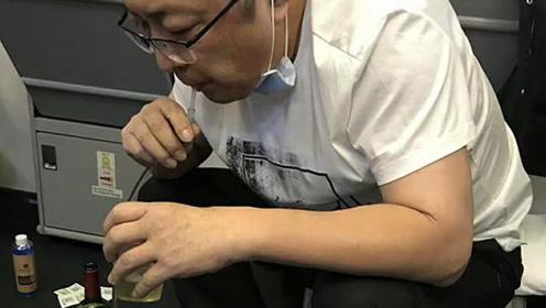 万米高空紧急救助!医生用嘴含导管帮老人吸尿800毫升