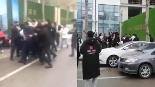 沈阳2地产商因抢客户引发互殴:10多人街头打架