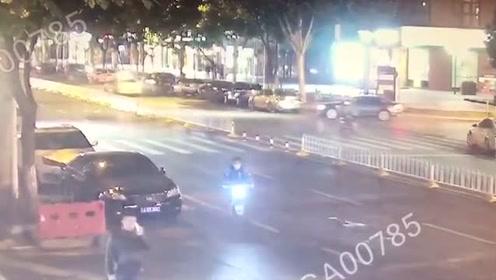 司机一脸懵!小轿车起步被电动车撞