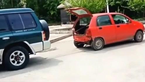小车太过自信,和SUV玩起拔河,车轱辘干冒烟了都没用!
