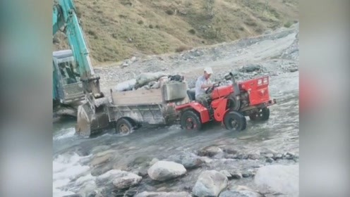 挖掘机推拖拉机过河