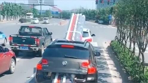 这辆大众车厉害了,6米长的材料都能拉,难道不怕被罚款吗?