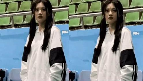鞠婧祎穿运动装打羽毛球,离开了化妆和美颜,看到这脸:怕是假的吧?