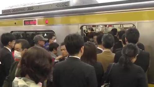 日本地铁有多恐怖?被挤到生无可恋,是无数日本女性的噩梦