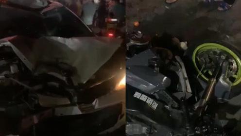 摩托车疾速撞上小轿车瞬间碎片四散 驾驶员被撞飞腾空翻转