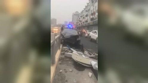茂名化州一司机疑似醉驾撞断护栏路灯 桥下建筑屋顶被砸漏