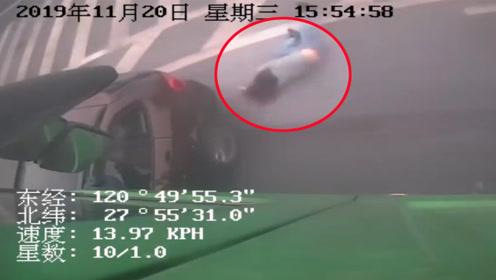 宝马车与大货车相撞被推行20多米 女司机从副驾驶跳车逃生