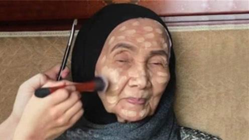 """93岁老太挑战""""化妆术"""",化妆后秒变女神,网友:气质太好了"""