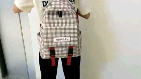 棉布料,格子纹带英文字母方标的一款背包~透气减负