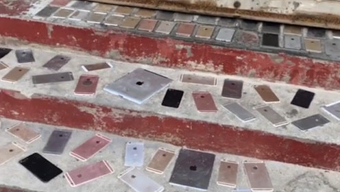 搞笑视频:这家里是什么条件儿呀,用的地砖都这么奢侈