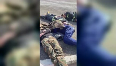 消防员穿近百斤救火装备训练体能,结束后累瘫在水泥地上休息