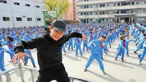 美国教授首次来中国,不料经过操场时迷茫了:你们管这叫课间操?